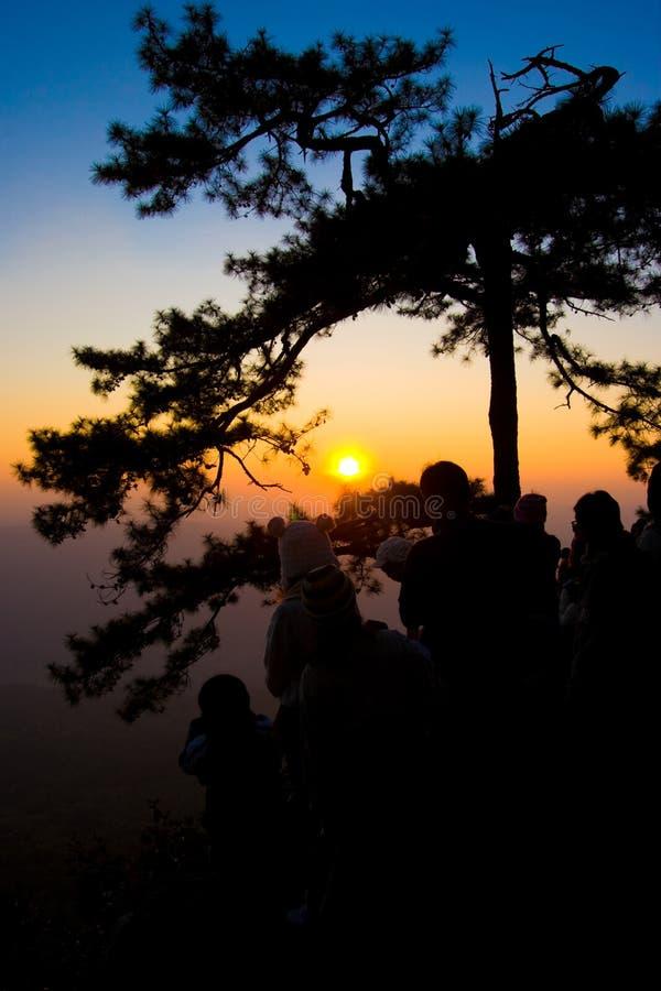 Kontursolnedgång på berget royaltyfri foto