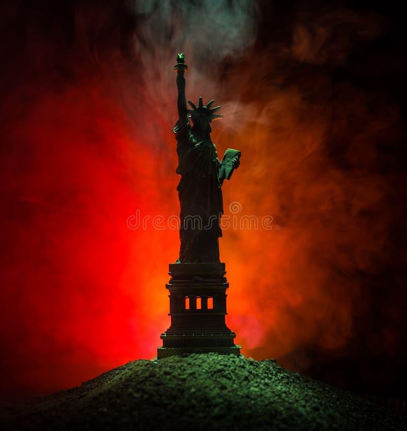 Konturstatyn av frihet på mörker tonade dimmig bakgrund Staty av frihet på bakgrunden av färgrik dimmig himmel dekorerat fotografering för bildbyråer