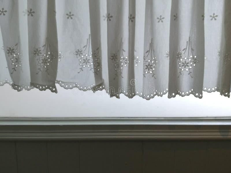 Konturvit snör åt satänggardinen som hänger på fönstret och väggen med semitransparent behind för solljus, inre rum för garnering royaltyfria foton