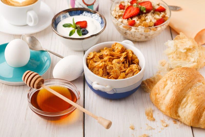 Kontynentalnego śniadania menu dalej woden stół fotografia stock