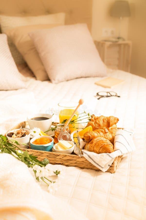 Kontynentalny śniadanie na łóżku w eleganckim sypialni wnętrzu obrazy royalty free