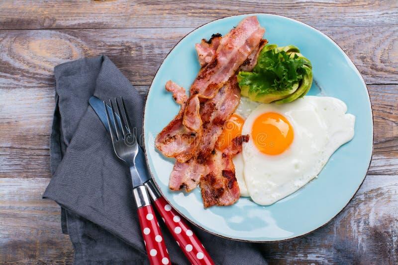 Kontynentalny śniadanie z jajkami, bekonem i avokado smażącymi, zdjęcie royalty free