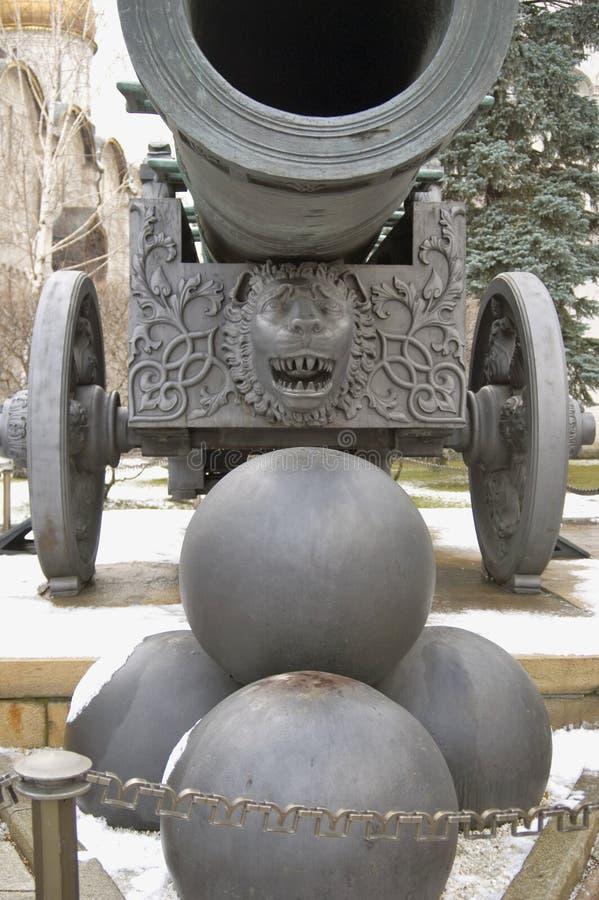 Konung Cannon - tsarkanon av MoskvaKreml Färgvinterfoto arkivfoton