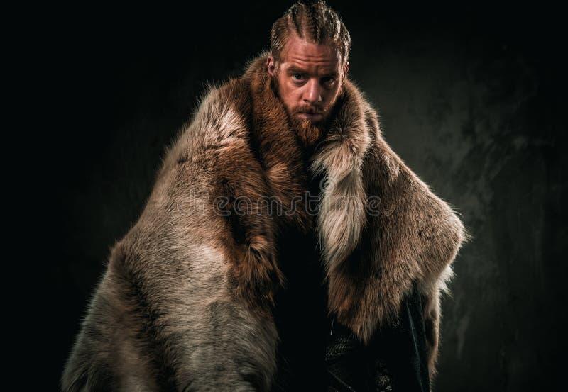 Konung de Viking en ropa tradicional de un guerrero imágenes de archivo libres de regalías