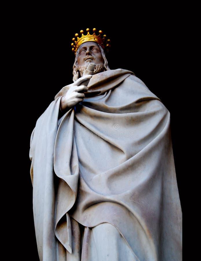 Konung Statue med den guld- kronan arkivbilder