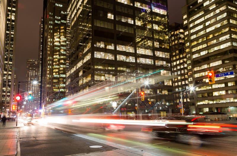 Konung Street Toronto på natten royaltyfria bilder