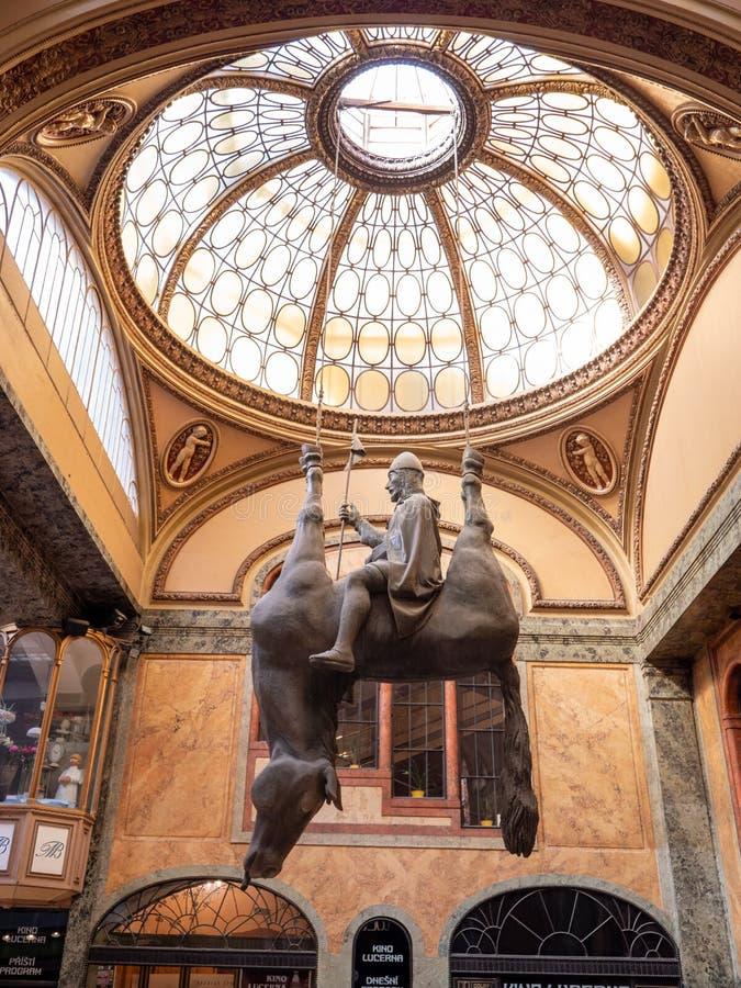 Konung Wenceslas Riding på en staty för död häst i den Lucerna passagen arkivbild