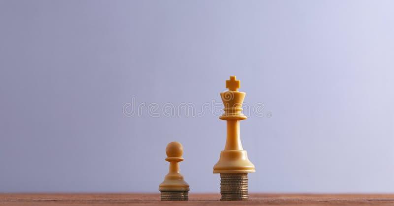 Konungen pantsätter schackstycken royaltyfria foton