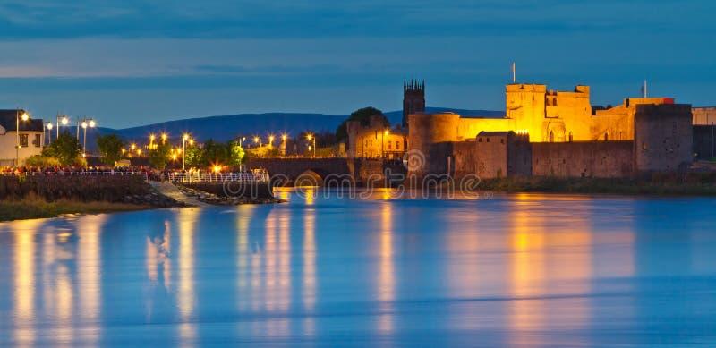 KonungJohn slott på skymningen i Limerickstad royaltyfria bilder