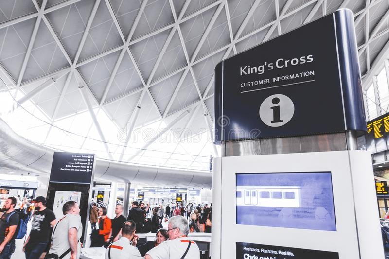 Konungs arg service för bräde för punkt för information om kund för passagerare i konungs arg drevstation i rusningstid fotografering för bildbyråer
