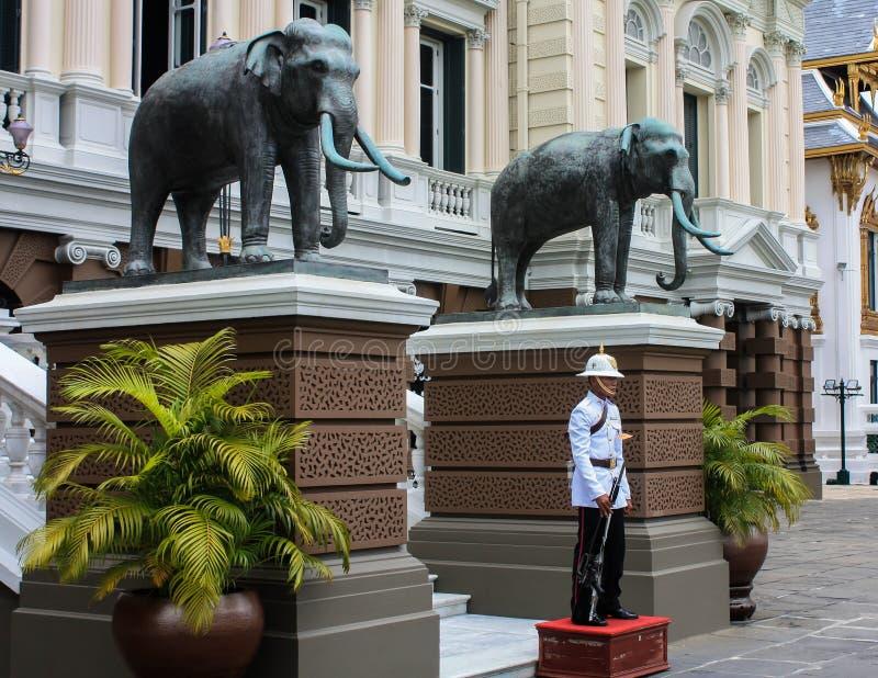 Konungs slottvakt In Bangkok royaltyfri fotografi