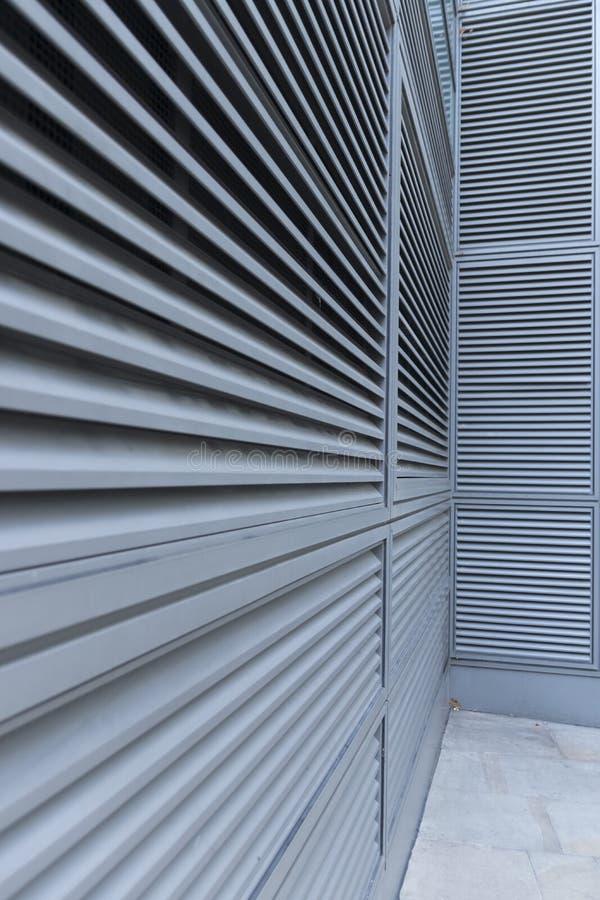 Konvergierende Linien auf einer Bürogebäude gegrillten Umhüllung lizenzfreie stockfotos
