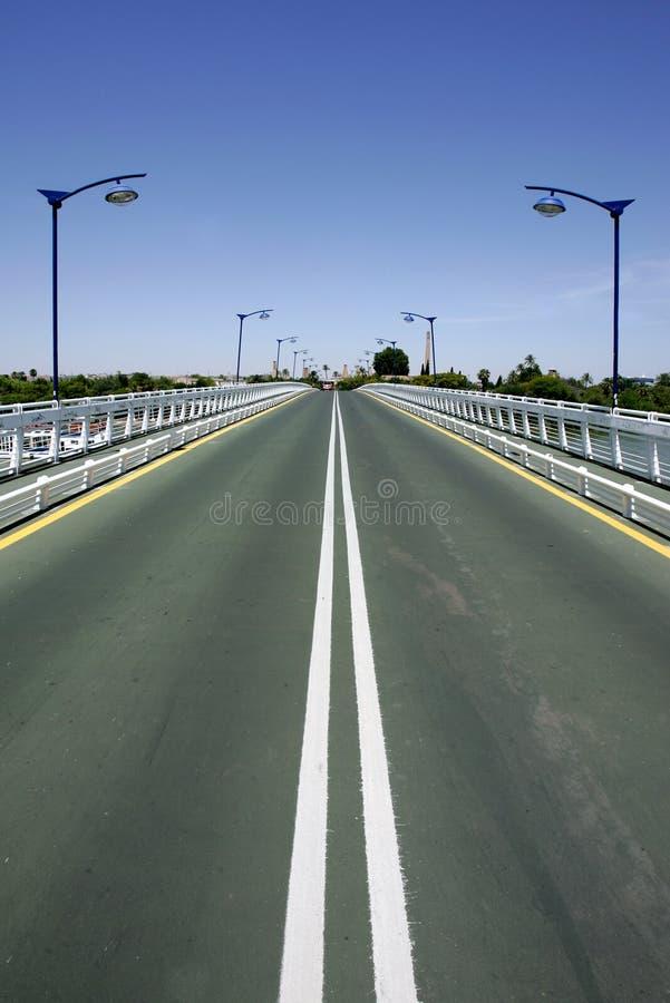 Konvergierende Zeilen der Straße auf Brücke lizenzfreies stockbild