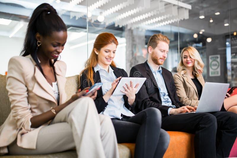 Konversation för affärsfolk Teknologi på handen arkivbilder