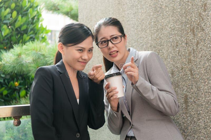 Konversation för kvinnaarbetsplatspennalism arkivfoto