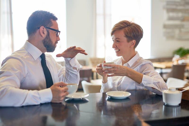 Konversation i kafé arkivbild
