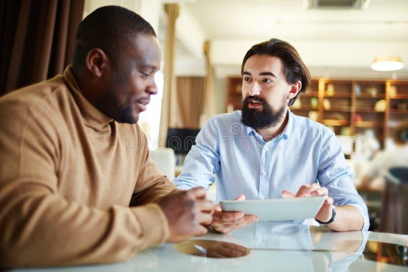 Konversation med anställd arkivbilder