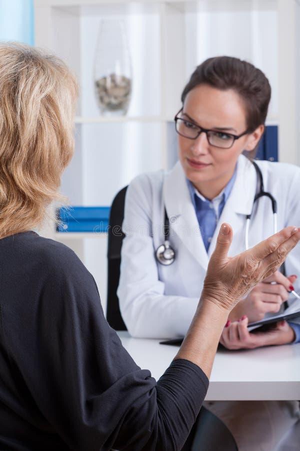 Konversation med en doktor royaltyfri bild