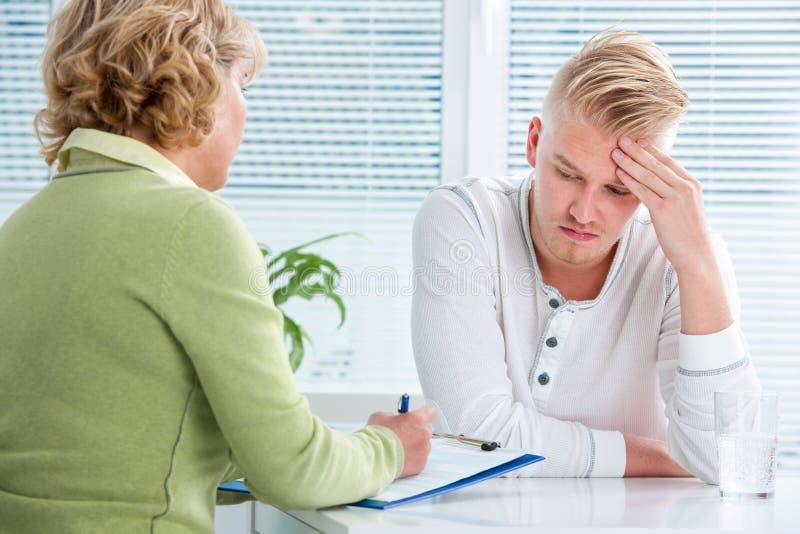 Konversation med en terapeut arkivfoton