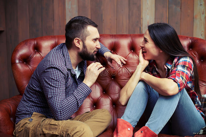 konversation mellan en man och en kvinna arkivbild
