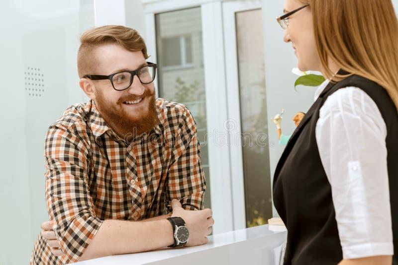 Konversation mellan klienten och kontorschefen arkivbilder