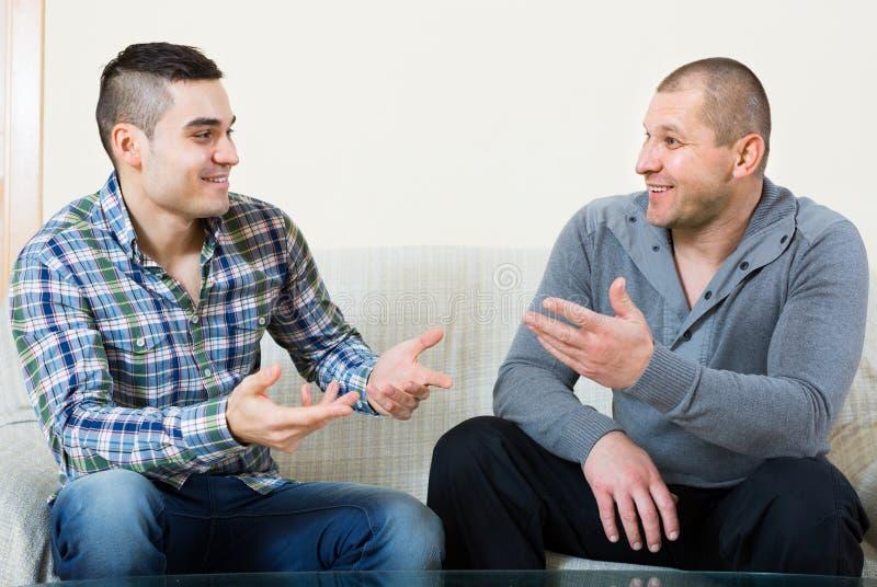 Konversation mellan två män inomhus arkivfoton