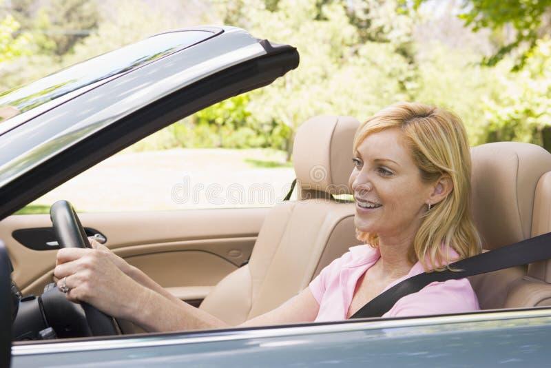 konvertibel le kvinna för bil fotografering för bildbyråer