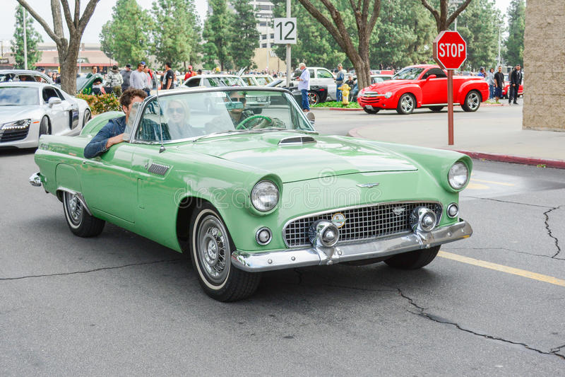 Konvertierbarer Cadillac-Oldtimer auf Anzeige stockbild