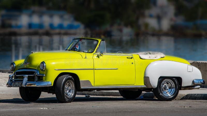 Konvertierbarer gelber und weißer Oldtimer, Chevrolet, Kuba stockfotografie