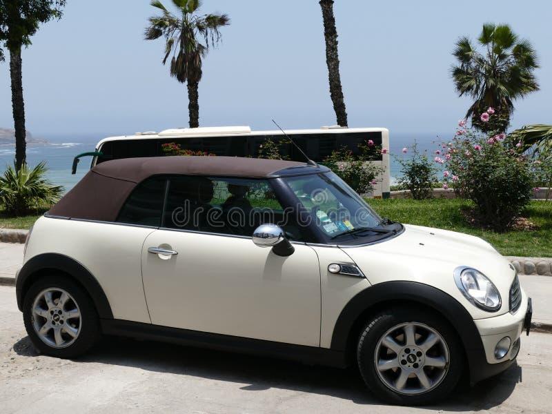 Konvertierbarer Mini Cooper geparkt in Barranco, Lima lizenzfreies stockfoto