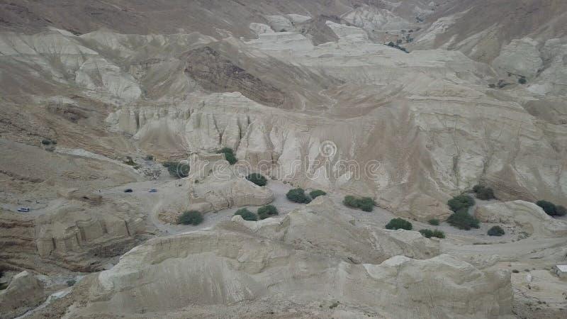Konvoi von SUV an den Wüstenbergen, die auf die Spitze durch anciet Höhlen sich bewegen stockfoto
