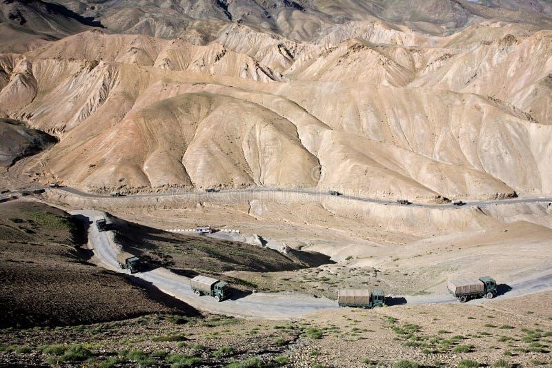 Konvooi van Indisch Leger op de weg van manier leh-Srinagar, ladakh-India royalty-vrije stock afbeelding