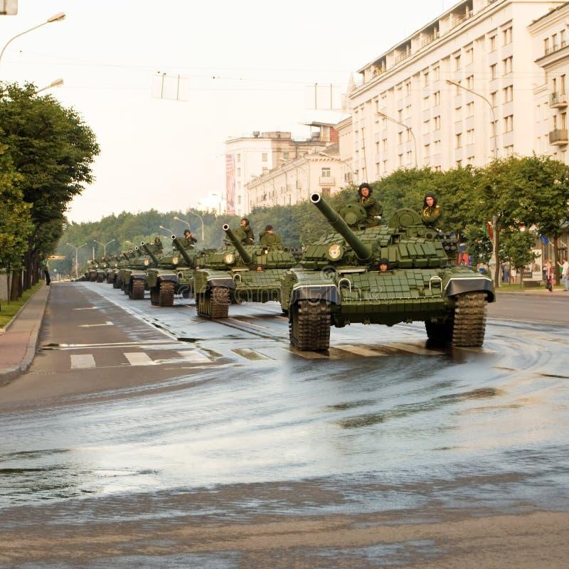 Download Konvooi van tanks redactionele stock afbeelding. Afbeelding bestaande uit gepantserd - 16758304
