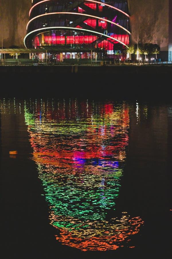 Konwencji Centre w Dublin z Bożenarodzeniowym oświetleniem, odbicie na rzecznym Liffey i fotografia stock