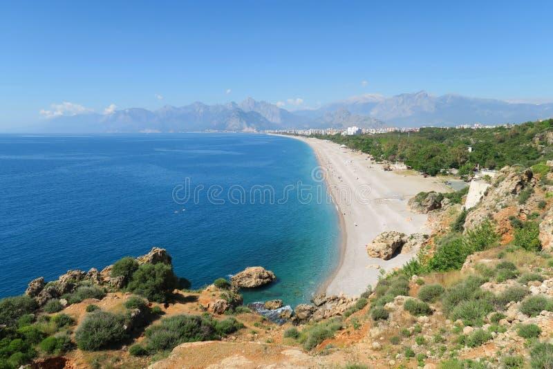Konyaalti-Strand, Taurus Mountains und Klippen in Antalya, in der Türkei stockfotos