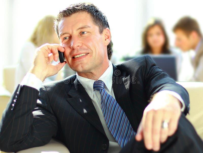 Konzentrieren des Geschäftsmannes auf Aufruf stockfotos