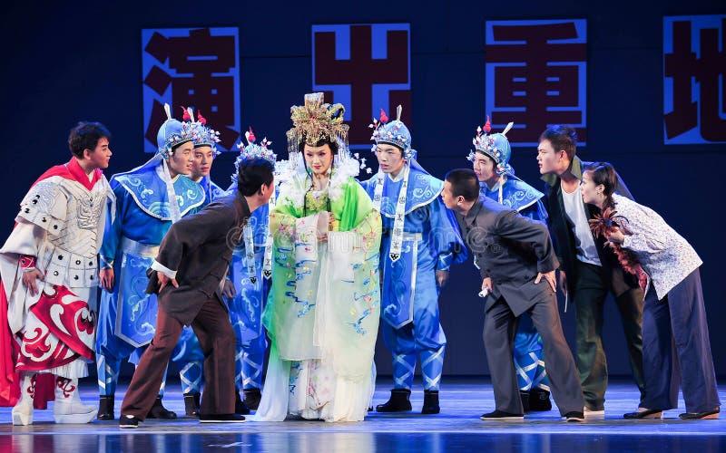 Konzentrieren Sie sich auf das Hören auf den Mantel Geschichtejiangxis OperaBlue stockfotos