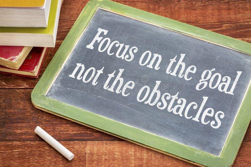 Konzentrieren Sie sich auf das Ziel, nicht Hindernisse - Tafelzeichen stockbilder