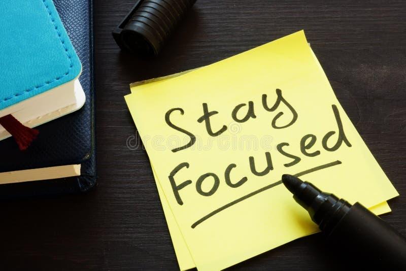 Konzentrieren Sie sich auf einem Notizstock und -notizblock handgeschrieben stockbild