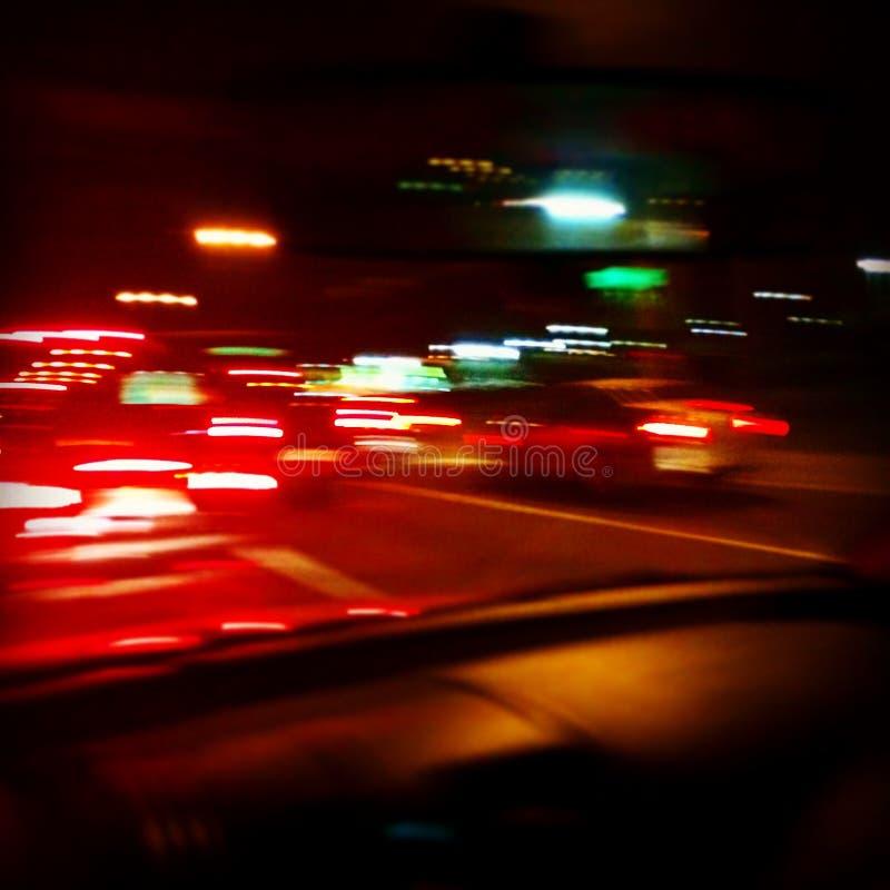 Konzentrieren Sie sich auf weiße Linien und Pfeile als Straßenkennzeichen und Reifen von Autos stockbild