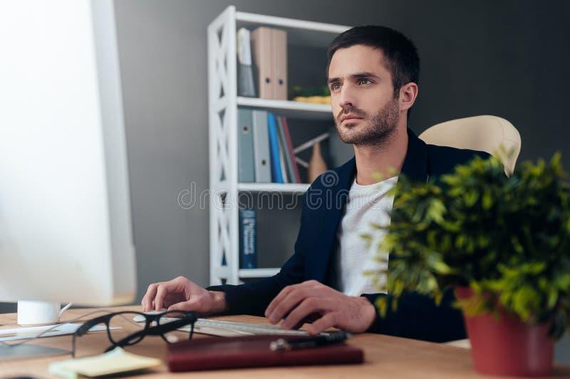 Konzentriert auf Arbeit stockfotos