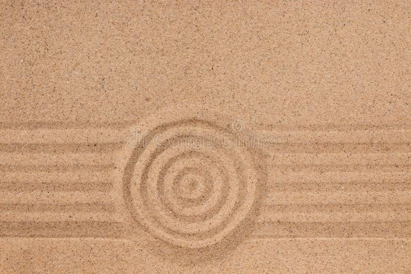 Konzentrischer Kreis und Linien auf dem Sand Beschaffenheit des Sandes stockfotos