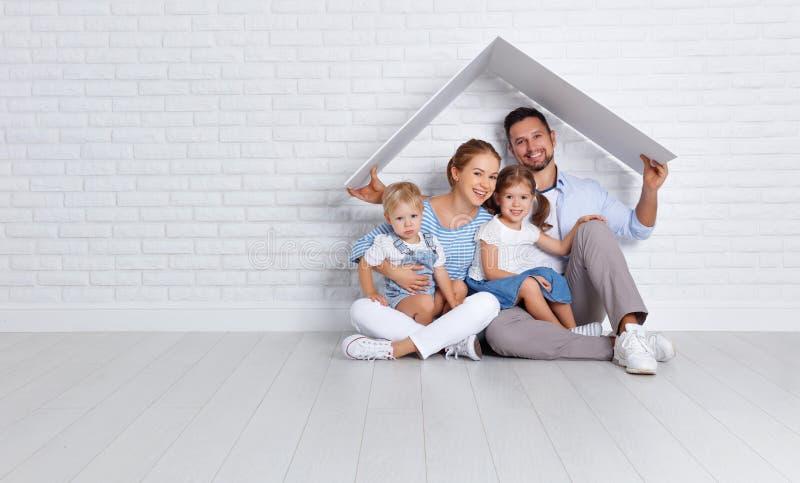Konzept, das eine junge Familie unterbringt Muttervater und -kinder in n stockbilder