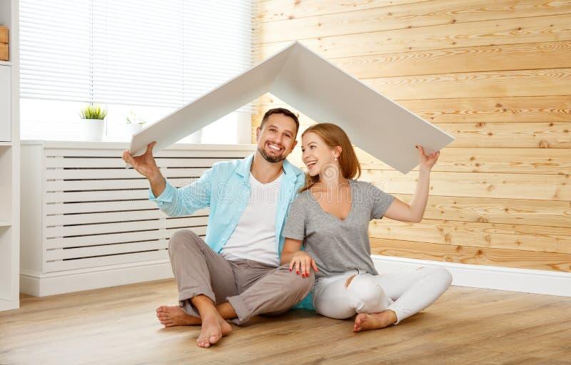 Konzept, das eine junge Familie unterbringt Paare im neuen Haus stockbild
