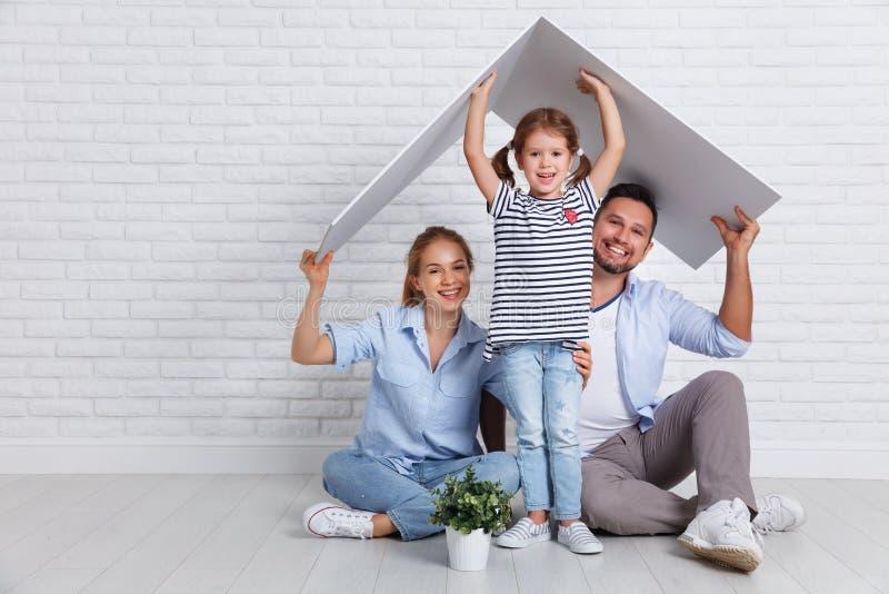 Konzept, das junge Familie unterbringt Muttervater und -kind in neuem h stockbilder