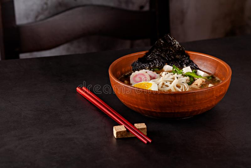 Konzept der asiatischen Küche Japanische Ramensuppe mit Nudeln, Ei, Tofu, nori, in einem japanischen Teller Nahaufnahmekopienraum stockfoto