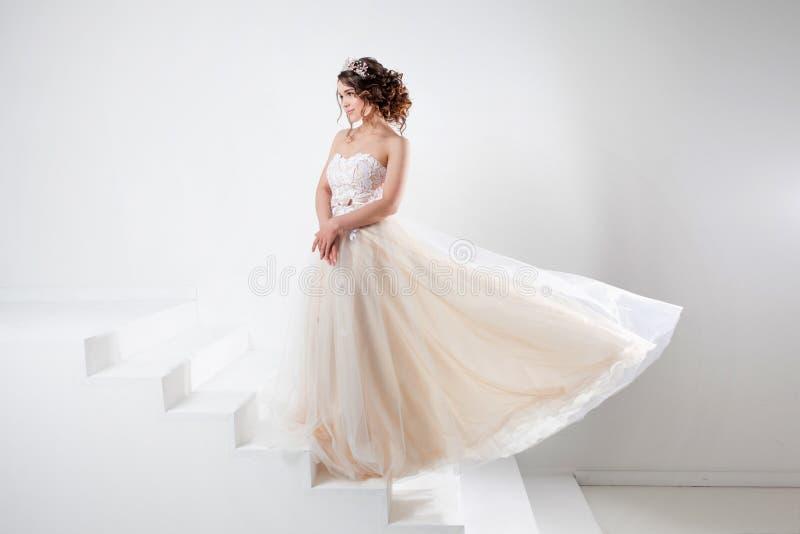 Konzept der Braut gehend in Richtung zum zukünftigen Glück Porträt eines schönen Mädchens in einem Hochzeitskleid stockfotografie