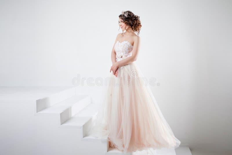 Konzept der Braut gehend in Richtung zum zukünftigen Glück Porträt eines schönen Mädchens in einem Hochzeitskleid lizenzfreie stockbilder