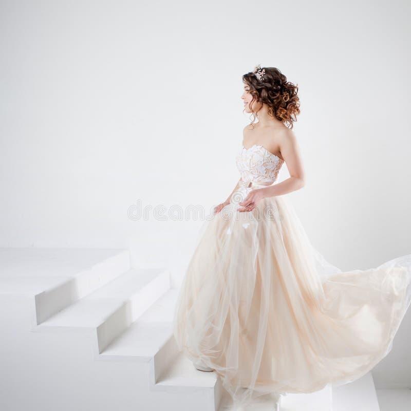 Konzept der Braut gehend in Richtung zum zukünftigen Glück Schönes Mädchen in einem Hochzeitskleid lizenzfreies stockbild