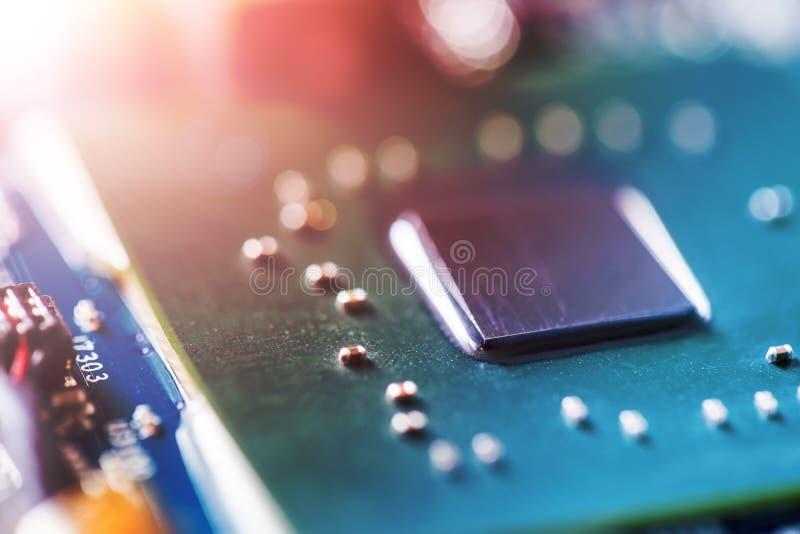 Konzept der Computertechnologie: Schließen Sie oben von einem Computer-Chip auf einer Leiterplatte, Sonnenstrahl stockfotografie